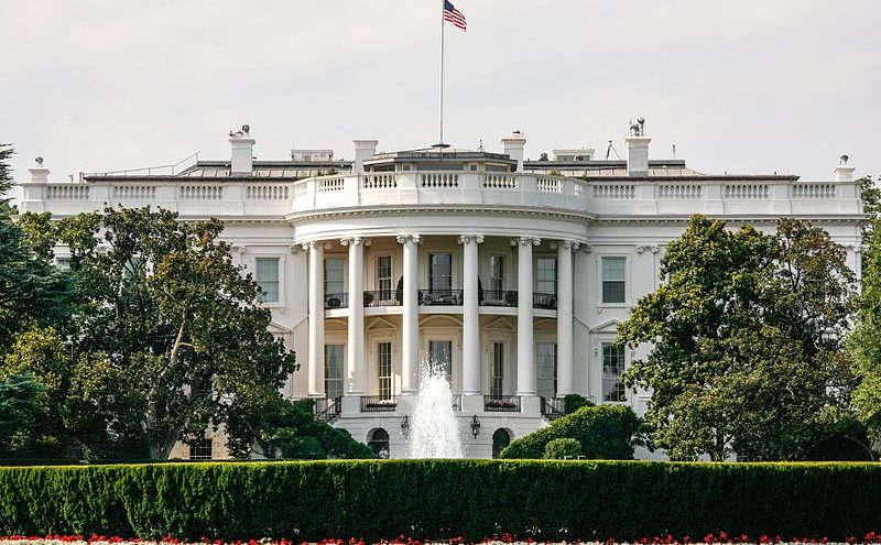 https://upload.wikimedia.org/wikipedia/commons/thumb/2/23/Front_of_The_White_House_%287505676818%29.jpg/800px-Front_of_The_White_House_%287505676818%29.jpg